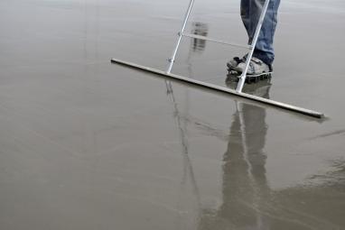 Obr. 1: Tekutý jednosložkový cementem vázaný podlahový povlak MC-Floor Screed 10 pro rychlé sanace průmyslových podlah