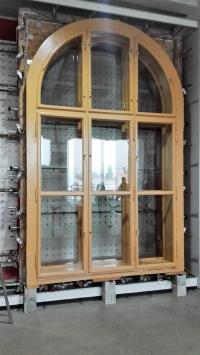 Opravené a upravené původní historické okno modernizovaného historického objektu v zahraniční zkušebně otvorových výplní
