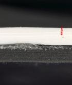 Obr. 20: Řez krytou částí fólie s výrazným křížením vláken výztužné vložky