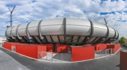 Vítkovický stadion tvarem i šupinatým povrchem zvenku působí jako létající talíř, který přistál do červené kostičkové podložky