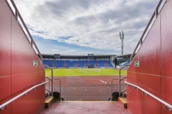 Stadion nyní splňuje technické požadavky dle klasifikací IAAF, UEFA, FIFA aFAČR