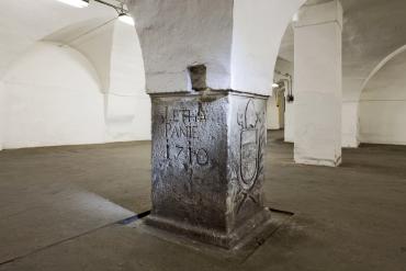 Letopočet, vytesaný v základovém pilíři v prostorách sladovního humna, kde se dnes nachází Pivovarský výčep