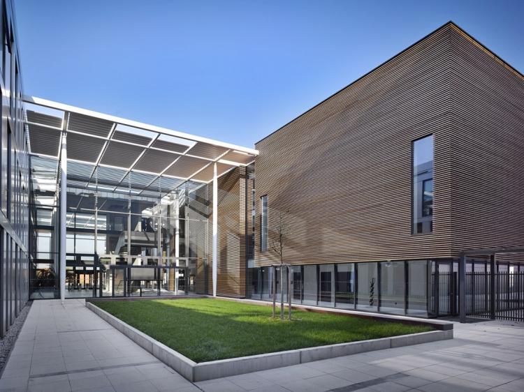 Vstupní atrium Centra ELI – autorům projektu se podařilo rozsáhlý stavební program rozčlenit tak, že proporce nové stavby jsou vsouladu směřítkem okolních objektů