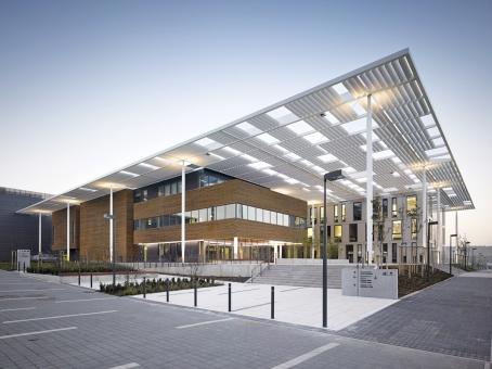Centrum ELI se skládá ze sedmi objektů: vstupního atria, kancelářské apolyfunkční budovy, laserové alaboratorní budovy, objektu technologie chlazení ahospodářství technických plynů