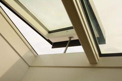 H1 – neviditelné automatické otvírače střešních oken Solara