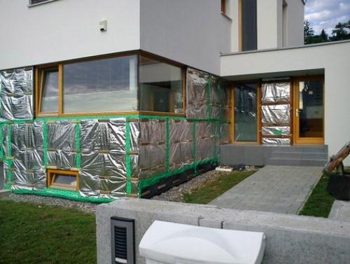 U fasádního zateplení se používá provedení s dírkami, které zajišťují odvod par ze zdi – tedy plnohodnotné difuzně otevřené řešení