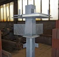 Obr. 9: Hlavice rohového sloupku – spodním protiplechem ukázkově stažená deska purenitu (stejně jako u schránky)