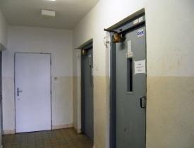 Obr. 4: Původní stav chodbičky u výtahů