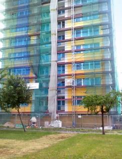 Obr. 10: Dokončování finální fasády na východní straně