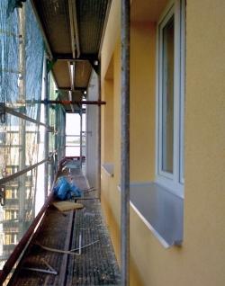 Obr. 11: Dokončování finální fasády na východní straně