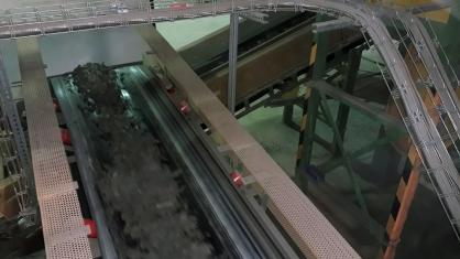 Směs hlíny a přísad putuje do mlýna