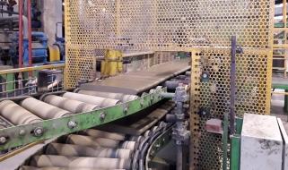 Zpracovaná surovina se protlačuje šnekovým lisem