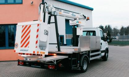 Plošina E170TJV na podvozku Iveco Daily 65C21 – pracovní výška 17,0 m; stranový dosah 6 m se zátěží 220 kg v koši; nosnost koše 220 kg, hmotnost 5000 kg