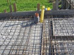 Příklad provádění podkladního betonu vyztuženého kari sítí, který zhotovitel nazývá základovou deskou (zdroj http://new.konstrukce.cz)