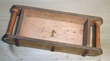 Dřevěná forma na ruční výrobu cihel. Zpravidla se jednalo o formy z dubového dřeva, které však měly jen omezenou trvanlivost (odborná literatura uvádí 2–3 sezóny, poté se musely nechat opravit), proto se později zavedly odolnější formy kovové.