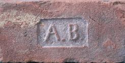 Cihla plná s kolkem A.B., pozitivní písmo, běžný formát (290×140×65 mm), počátek 20. století. Jednalo se o iniciály majitele cihelny Adolfa Břečky z cihelny ve Vraclavi u Vysokého Mýta.