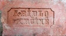 Cihla plná s kolkem A. Ridlo v Krčíně v osmibokém rámečku, negativní písmo, běžný formát (290×140×65 mm), z přelomu 19. a 20. století. Jednalo se o majitele Antonína Rydla (1874–1943), který vlastnil kruhovou cihelnu v obci Krčín (dnes část Nového Města nad Metují).