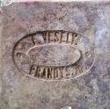 """Cihelná dlaždice """"půdovka"""" s kolkem F. Veselý Brandýs n./O., negativní písmo v obdélném negativním rámečku, rozměr 200×200×40 mm. Jedná se o cihelnu Františka Veselého v Brandýse nad Orlicí, přelom 19. a 20. století."""