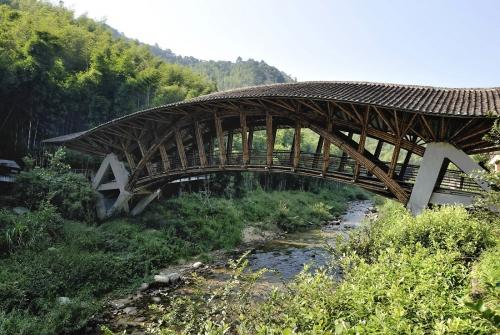 Obr. 1: Most u Crosswater Ecolodge v čínském národním parku Nankunshan, autor Simón Veléz