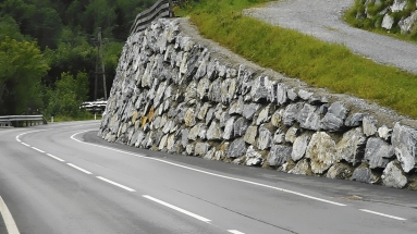 Obr. 1: Opěrná stěna z velkých balvanů (Rakousko)