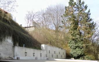 Obr. 2: Nová železobetonová zeď ukotvená zemními kotvami do svahu za ní