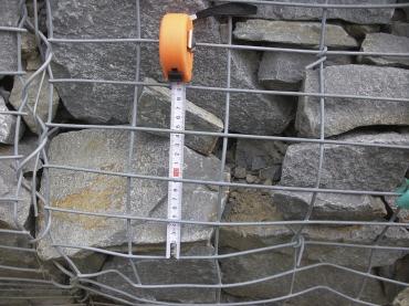 Obr. 6: Vyboulení zdi, potrhané dráty, použity byly kámen a nevhodná výplň