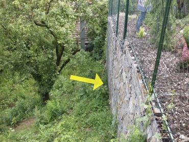 Obr. 9: Zeď postavená kolmo na spádnici, deformace (šipka) vzdušného líce zdi