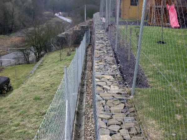 Obr. 13: Dobře provedená zeď z gabionů (na hraně pozemků)