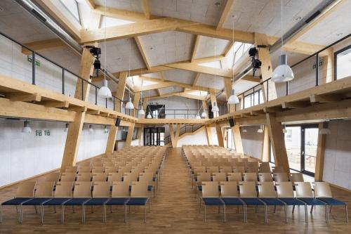 Společenský sál má konstrukci zastřešení z dřevěných rámů ve tvaru písmene M – vznikly tak dvě řady vrcholů, do kterých jsou střídavě vloženy vikýře