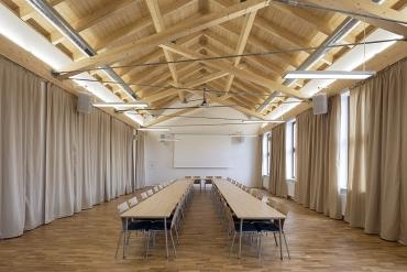 """Také malý sál zastřešuje atypicky řešený krov. Základem konstrukčního systému je princip """"rybářské stoličky""""."""
