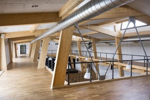 Po celém obvodu hlavního sálu je vysazena galerie, její nosná stropní konstrukce je kompletně dřevěná