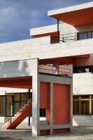 Horizontalitu stavby podtrhují parapety, atika a předstupující střecha