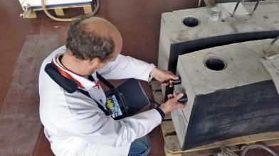 Obr. 2: Měření hloubky trhliny v 1:1 modelu betonu biologického stínění šachty reaktoru VVER 1000 Jaderné elektrárny Temelín pomocí nepřímé ultrazvukové metody