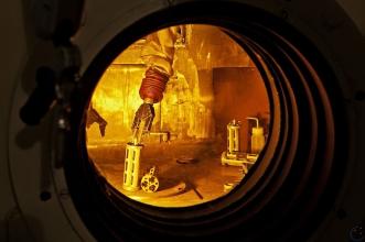 Obr. 3: Práce robotických manipulátorů v horké komoře v areálu ÚJV Řež, a. s. [11]