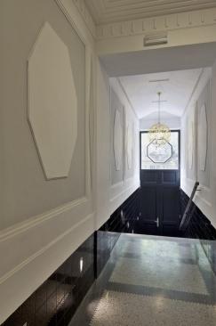 Vstupní vestibul – ve společných interiérech je zrestaurovaná štuková výzdoba,  jsou tu nové lustry a dopisní schránky v podobě historizující komody
