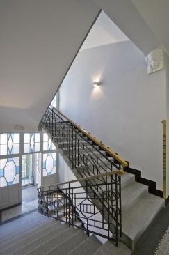 Na schodišti jsou zachované původní žulové stupně, které výrazně oživilo přebroušení a renovace teracových povrchů napodestách