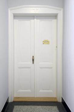Vstupní dveře do bytů byly obnoveny včetně dobového kování