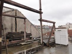 Starý krov byl snesen, nový bude vinteriérech částečně pohledový. Krov je dovyztužený ocelovými profily, aby se dispozice částečně uvolnila. Jako střešní krytina byly zvoleny bobrovky na korunové krytí, na pultové střeše plechová.