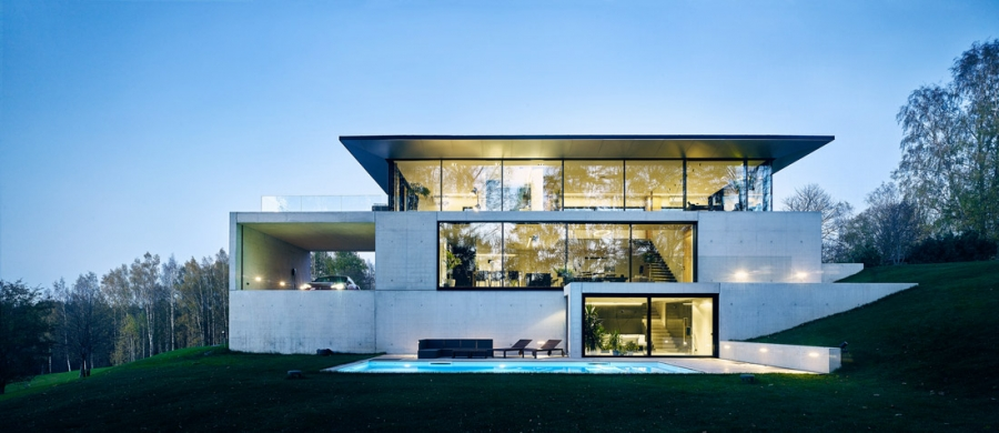 """Impozantní budova ze skla a betonu organicky zapadá do terasovitého terénu. Architekti studia Outofbox tomu říkají """"asketický design""""."""