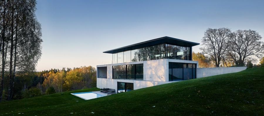 S využitím vysoce tepelně izolovaných systémů pro posuvné dveře, fasádu, okna a vchodové dveře značky Schüco dům minimalizuje tepelné ztráty a splňuje nízkoenergetické principy