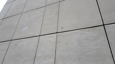 Betonové panely byly poměrně zdravé. Místy docházelo k odlupování svrchní vrstvy. Dále byly zaznamenány trhající se rohy panelů a obnažené spoje ve spárách, kde k sobě doléhá výztuž.