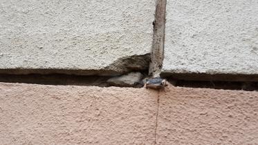Detail degradovaného rohu panelu