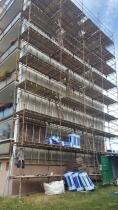 Ocelová konstrukce provětrávané fasády Diagonal 2H je založená pod úrovní podlahy zvýšeného přízemí