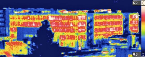Obr. 1: Pokud je teplota povrchu skla +5 °C a teplota okolních předmětů je 0 °C, vyzáří se z 1 m² okna cca 20 W