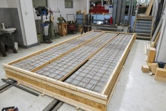 Obr. 1: Debnenie betónovej časti vzoriek pred betonážou – 1.etapa nosníkov