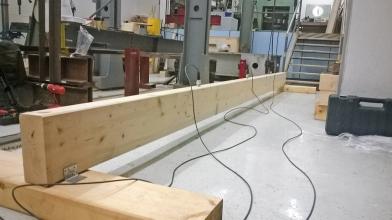Obr. 2: Skúšobná zostava pre meranie vlastných frekvencií drevených trámov