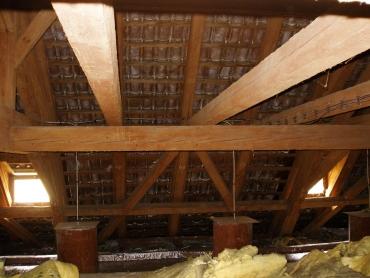 Obr. 3: Krov Nosticovy haly připravený k mykologickému průzkumu, odkrytá zhlaví trámů