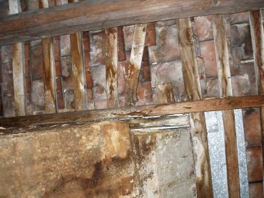 Obr. 5: Zatékání střechou a zlomení latě vlivem napadení dřevokaznou houbou