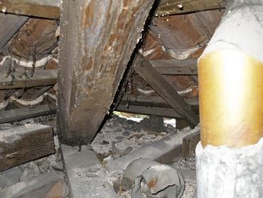 Obr. 8: Zbytky stavebního materiálu v prostoru krovu