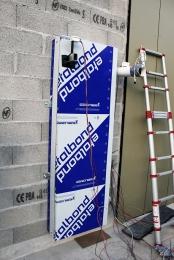 Obr. 3, 4: Sestavování rekuperační jednotky a její instalace na fasádu